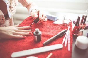 malowanie paznokci przed weselem